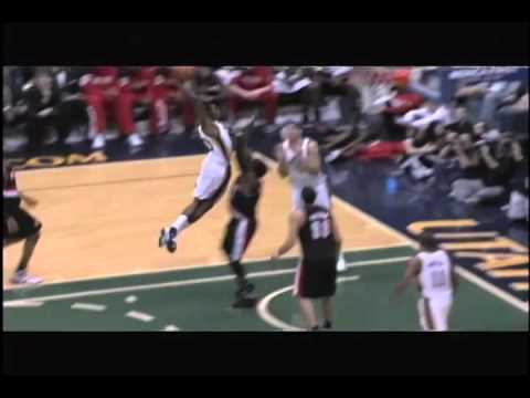 Jeremy Evans posterizes  Gerald Wallace,