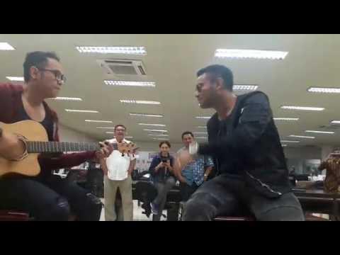 Judika Nyanyi Gemu Famire, Bikin Heboh Newsroom Media Indonesia (16 Juni 2017)