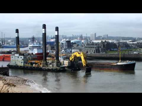 Liebherr P995 Loading up the Long Sand Barge as the F.D. Incomparable Passes