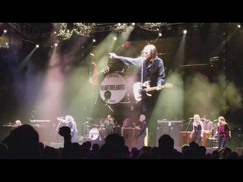 Tom Petty and The Heartbreakers covering Carol by Chuck Berry in Saint Louis May 12 2017