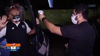 """استسلم ورفع يديه.. """"مسدس"""" قياس الحرارة يسبب حرجا كبيرا لمسؤول ناد رياضي (فيديو)"""