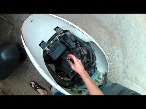Замена свечи на скутере  Honda Tact AF 51