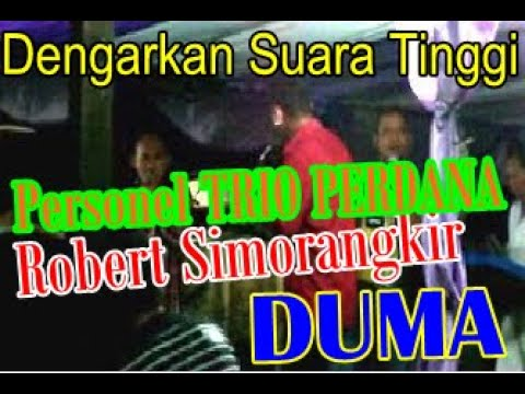 Robert Simorangkir (personil Perdana Trio) membawakan lagu