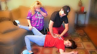 Girlfriend Faints in Front Of Mom PRANK!!
