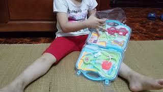 Bảo Châu bóc bộ đồ chơi bác sĩ
