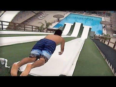 Cet homme rate la piscine et tombe sur... ಠ_ಠ