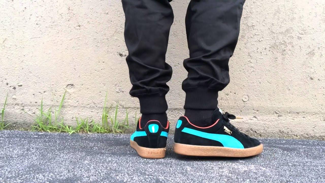 puma suede noir on feet