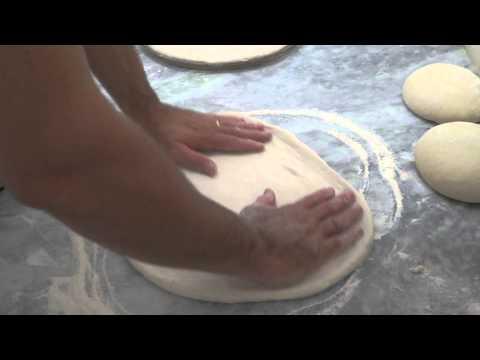 Como pré assar massa de pizza