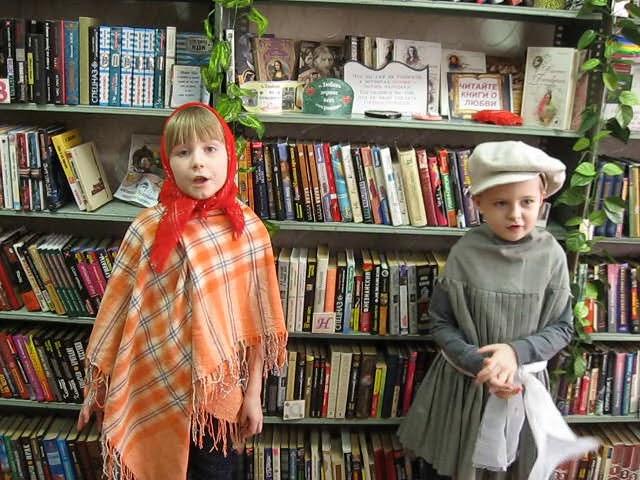 Изображение предпросмотра прочтения – «Улыбайлики» читают произведение «Жили у бабуси два весёлых гуся» (Русский фольклор )