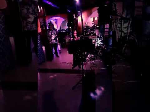 Niña se roba el show en karaoke!!