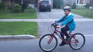 阿丹寶哥哥跟爸爸騎車
