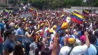 """Concentración en el CNE del Estado Aragua, canto del himno nacional """"Gloria al Bravo Pueblo"""""""