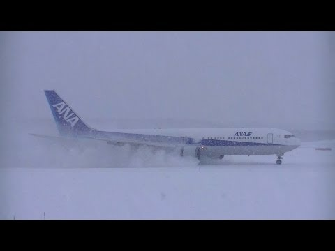✈Landing & Takeoff in the heavy snow @New Chitose airport rwy01R(新千歳空港)