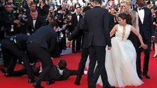 Un hombre se mete debajo del vestido de América Ferrera en el festival de cine de Cannes 2014