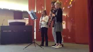 Maria en Marit spelen Bella ciao op klarinet (met begeleiding van de juf)