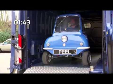 Найменше авто у світі зустрілось із найбільшим фургоном Ford
