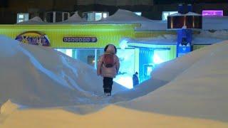 Bergeweise Neuschnee im sibirischen Norilsk