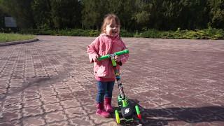 Учимся кататься на самокате в парке: видео для детей