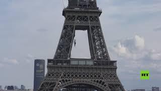 على ارتفاع 70 مترا.. مغامر فرنسي يقطع 670 مترا مشيا على الحبل وسط باريس