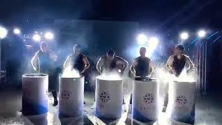Шоу барабанщиков игра на железных  бочках с водой