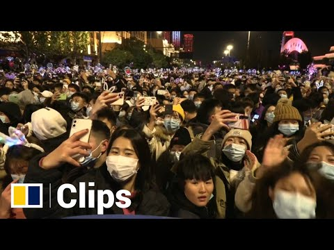 Thousands of Wuhan residents gather for countdown to 2021