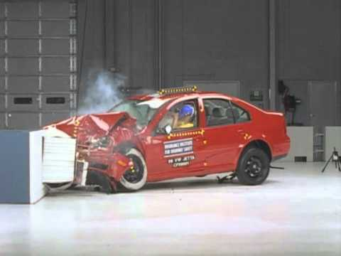 1999 Volkswagen Jetta moderate overlap IIHS crash test