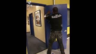 Охранник UFC сломал дверь с кулака #подпишись
