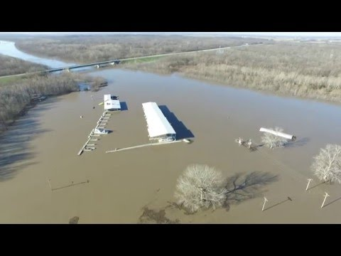 Video of the flooded Kaskaskia River in New Athens, Illinois on 01-03-16.