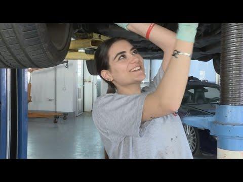 لبنانية تنافس الرجال في صيانة السيارات  - نشر قبل 2 ساعة