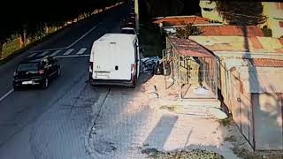 L-au prins cu camerele video de supraveghere: Arunca gunoiul lângă containere!