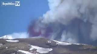 etna boati e cenere l eruzione lampo video alto adige