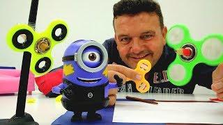Josep juega con los minions y espinner.  Videos de juguetes thumbnail