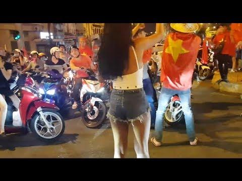 Đi bão ăn mừng việt nam vô địch gặp em gái xinh đứng đường làm chuyện ấy - việt vlogs
