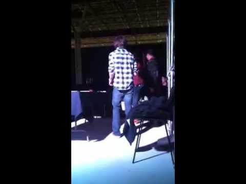 Beso de Chandler Riggs con una fan de México