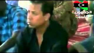 أحد أبناء القذافي يبكي في المسجد