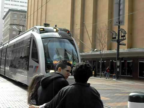 El pequeño tren de juguete de HOUSTON, TEXAS...2 veces descarrilado por METRO- buses.