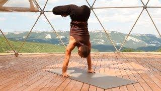 Трейлер методического видео «Стойка на руках» (video.yoga.ua)(В данном видео, вашему вниманию предлагается: описание техники; демонстрация различных связок упражнений,..., 2013-08-23T18:17:18.000Z)