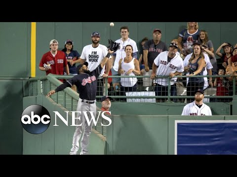 Spectacular catch brings crowd to their feet at Fenway Park