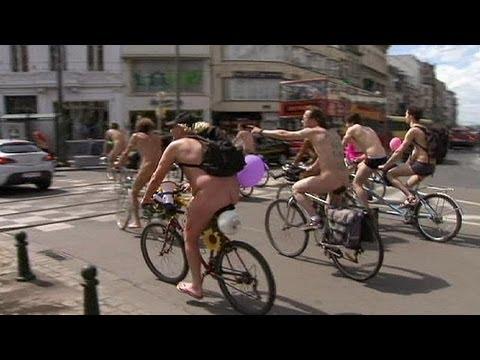 درّاجون عراة في بروكسل دفاعا عن البيئة