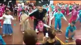 Download Video VIRAL. Profe, ayuda a bailar a su alumna con una coreografía . MP3 3GP MP4