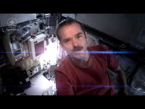 Chris Hadfield canta a bordo della Stazione spaziale internazionale