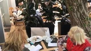 Алла Пугачева и Лайма Вайкуле сидят на диете в ресторане