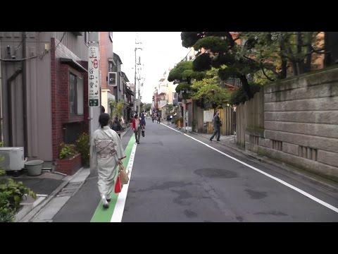 東京・谷中 朝倉彫塑館前の通りを歩く和服の女性 (1) Yanaka Cemetery and kimono woman who walk the street of Yanaka, Tokyo