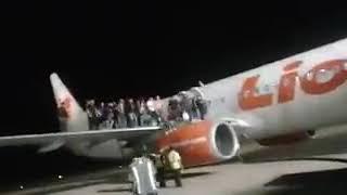 Nih Video kepanikan penumpang lion air ketika ada yg becanda bawa bom.