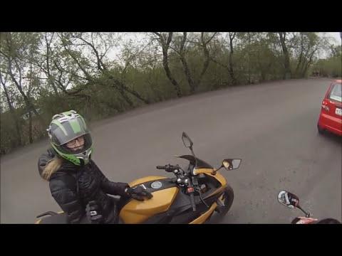 Девушка мотоциклист показала