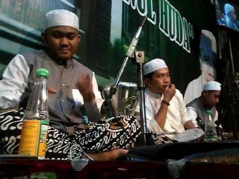 Hasan AZ Zahir bermain darbuka saat lagu ibu aku rindu versi AZ zahir
