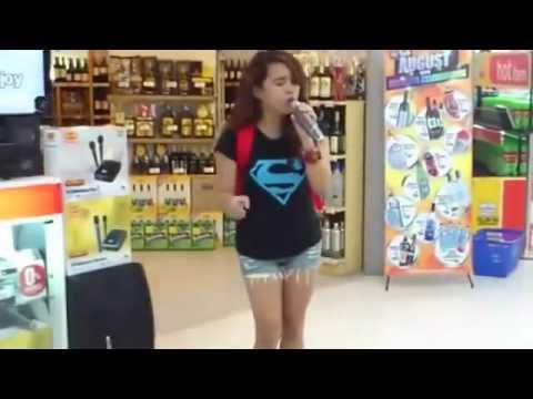 Una ragazza va al karaoke sconvolge tutti! Ascoltate!