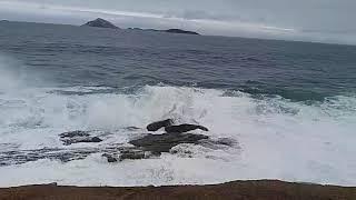 Mar agitado na praia do Arpoador (RJ)