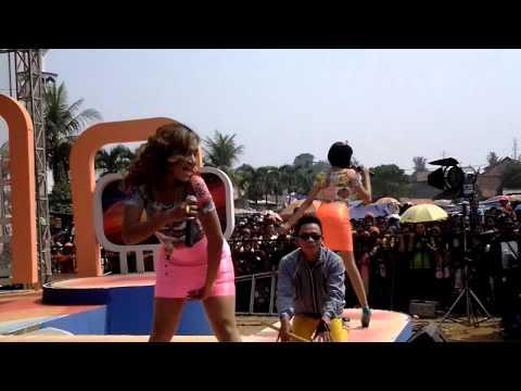 Grebek Nusantara MNC TV_De Mocca Si Goyang Bebek- Banci Ngamen ( Grebek Nusantara MNC TV )