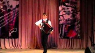 П.Уханов играет на гармони прямо в зрительном зале